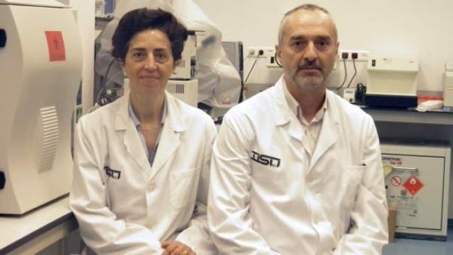 Los biólogos responsables del primer banco de tejidos, celulas y huesos para animales, situado en Valencia.