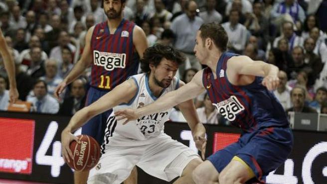 Sergio Llull y Marcelinho Huertas, en el primer partido de la final de la ACB entre el Real Madrid y Barcelona.