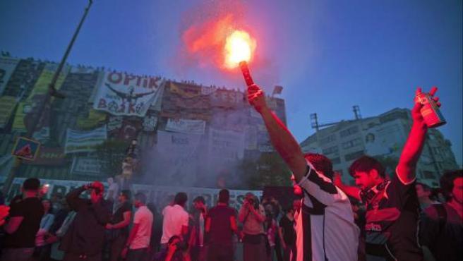 Las protestas antigubernamental se desarrollan desde hace varios días en varias ciudades turcas. En la imagen, varios manifestantes en Estambul.