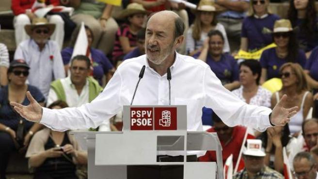 El secretario general del PSOE, Alfredo Pérez Rubalcaba,durante su intervención en la Fiesta de la Rosa, una jornada lúdico-festiva que han organizado los socialistas valencianos.