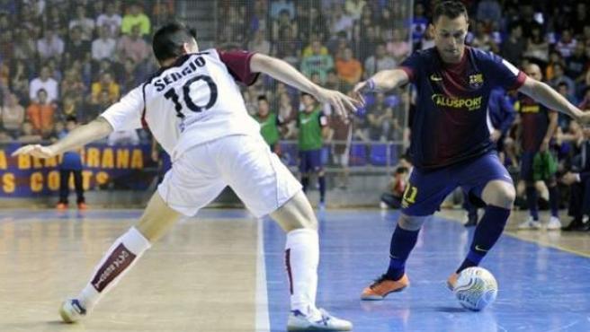 Saad intenta regatear a Sergio en el Barça - Caja Segovia.