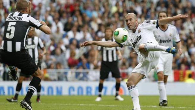 Zinedine Zidane chuta en un Real Madrid-Juventus de veteranos con fines benéficos.