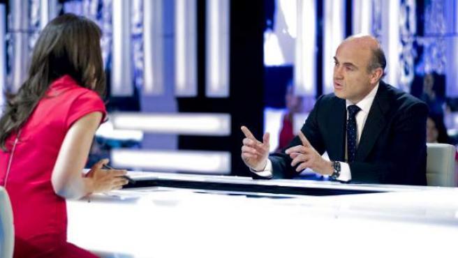 El ministro de Economía, Luis de Guindos, responde a las preguntas de la periodista Ana Pastor en el programa 'El Objetivo' de La Sexta.