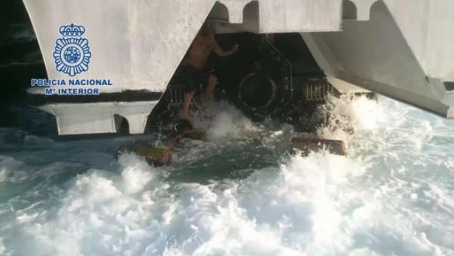 Inmigrante en las hélices de un ferry en Tarifa (Cádiz)