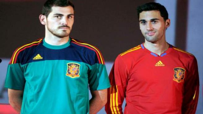 Iker Casillas (i) and Álvaro Arbeloa presentan el diseño de la camiseta de la selección en noviembre del 2009.