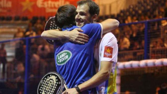 Juan Martín Díaz y Fernando Belasteguín celebran su victoria en el Master de pádel celebrado en Madrid.