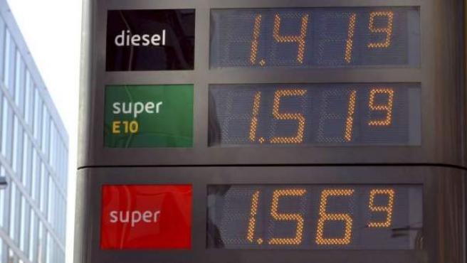 Imagen de archivo de una tabla de precios en una gasolinera.