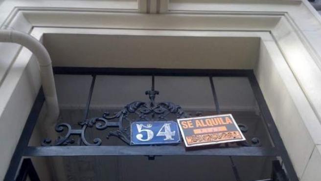 El cartel de un piso que se alquila en el portal de la vivienda.
