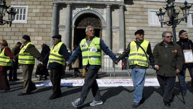 """Numerosos ciudadanos convocados bajo el lema """"Encadenados contra la corrupción"""" formaron una cadena humana en la plaza de Sant Jaume de Barcelona."""