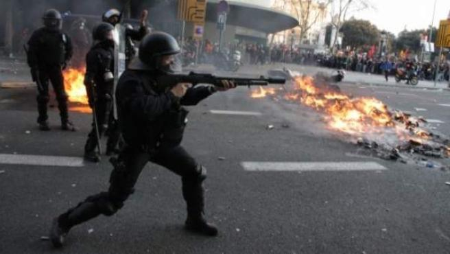 Antidisturbios de los Mossos d'Esquadra, usando las polémicas pelotas de goma durante una manifestación en Barcelona.