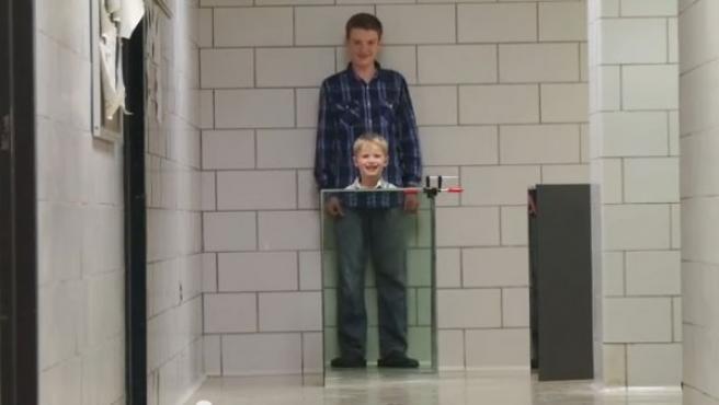 John Howell, y su hijo de 14 años, Benjamin, han creado una capa de invisibilidad.