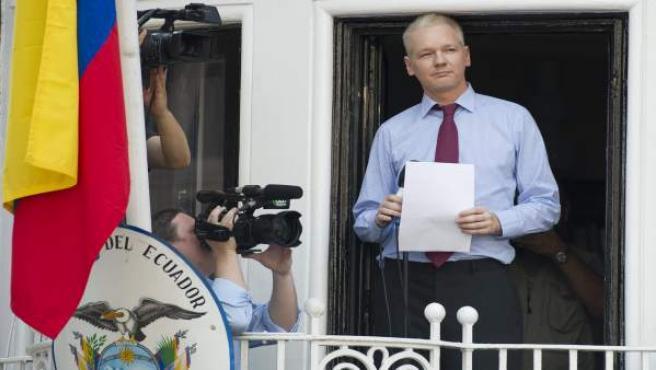 El fundador de Wikileaks, Julian Assange, en la imagen ofreciendo declaraciones desde el balcón de la embajada de Ecuador en Londres (Reino Unido) el 19 de agosto de 2012, podría padecer una afección de pulmón crónica.