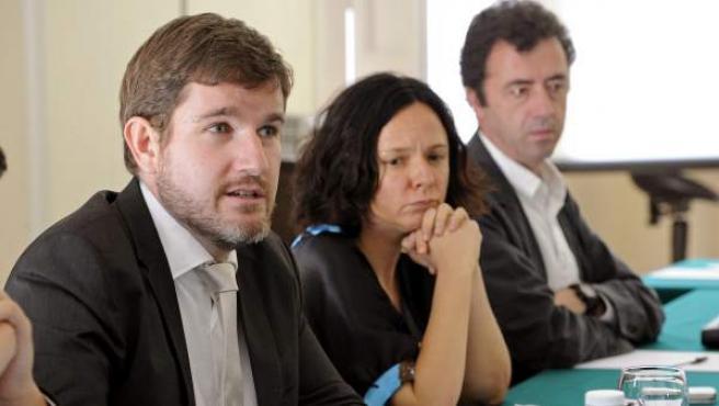 Fotografía facilitada por la Fundación Alternativas de su directora, Belén Barreiro (c), junto al sociólogo Ignacio Urquizu (i) durante la presentación.