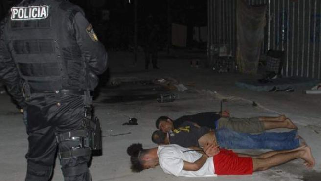 Imagen cedida por el Ministerio del Interior de la redada llevada a cabo el martes por la noche en Barcelona y que finalizó con la detención de cinco presuntos enaltecedores del terrorismo.