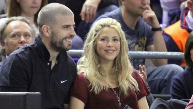 Shakira y Gerard Piqué en un partido de la Euroliga de Baloncesto en abril de 2012.