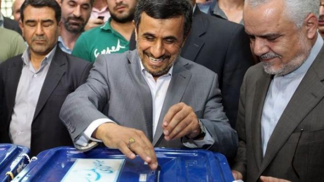 Imagen facilitada por el gobierno iraní que muestra al presidente de Irán, Mahmoud Ahmadinejad votando en las elecciones presidenciales iraníes en Teherán (Irán).