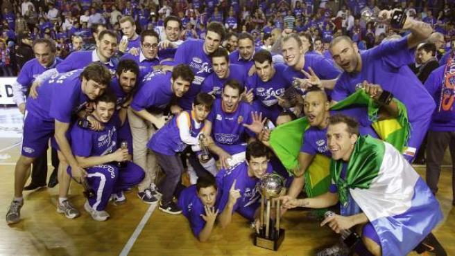 Jugadores y equipo técnico del Ford Burgos celebran su ascenso de la Adecco Oro a la Liga ACB.