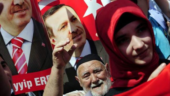 Miles de personas se han manifestado en apoyo al primer ministro turco, Recep Tayyip Erdogan.