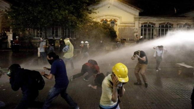 Potentes chorros de agua son lanzados este 15 de junio contra los manifestantes congregados en Taksim, Estambul.