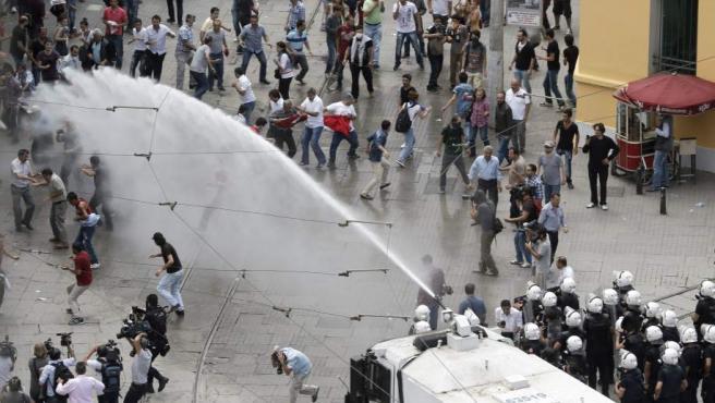La Policía turca, lanzando cañoles de agua a los manifestantes para impedirles la entrada en la plaza Taksim de Estambul.