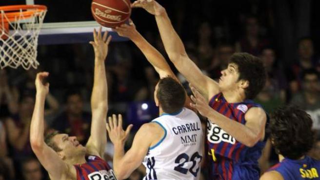 Jaycee Carroll penetra a canasta ante la oposición de Todorovic, Oleson y Sada en el Barça - Madrid de la final de la ACB.