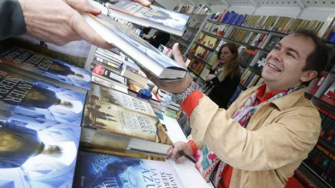 Javier Sierra firma ejemplares en la Feria del Libro.