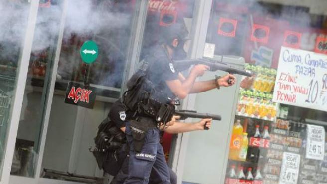 Agentes de los antidisturbios turcos lanzan granadas de gas lacrimógeno a los manifestantes para impedir que entren en la plaza Taksim tras ser desalojada.