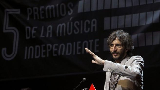 El músico gallego Xoel López pronuncia unas palabras tras recibir el premio al Mejor Artista del Año durante la quinta edición de los Premios de la Música Independiente.