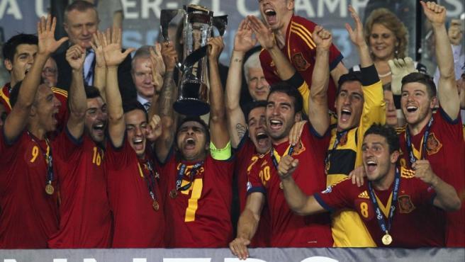 Los jugadores de la selección española sub'21 celebran con el trofeo la victoria conseguida ante Italia en la final del del Europeo sub'21 disputada en el estadio Teddy de Jerusalén, Israel.