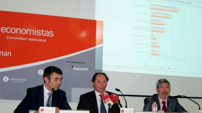 Pérez, Querol y Menargues presentan la encuesta a economistas valencianos.