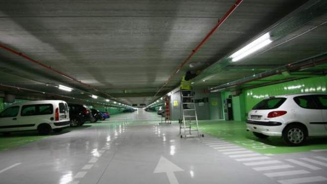 Un operario trabaja en un aparcamiento de la calle Serrano de Madrid.