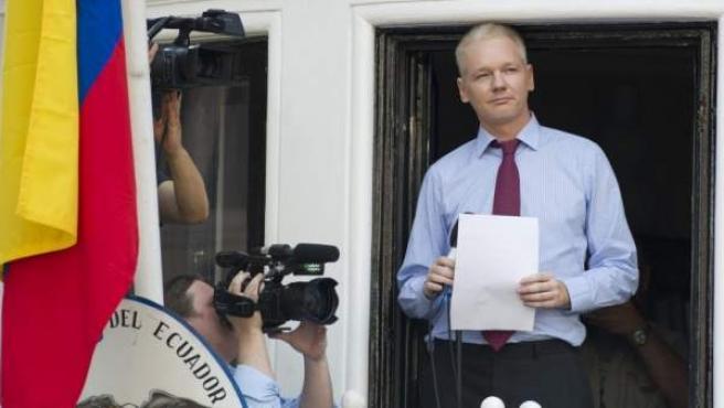 Julian Assange, en una imagen del 19 de agosto de 2012, ofreciendo declaraciones desde el balcón de la embajada de Ecuador en Londres (Reino Unido).