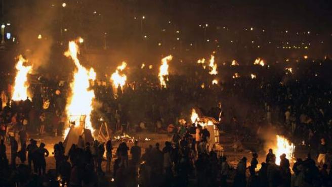 Cientos de hogueras encendidas en las playas de Riazor y El Orzán, en A Coruña, durante la celebración de la noche de San Juan.