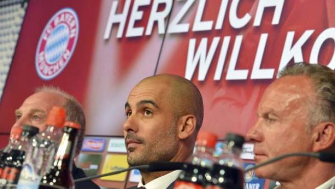 El nuevo entrenador del Bayern Múnich, el español Pep Guardiola (centro), asiste a su presentación ante la prensa.