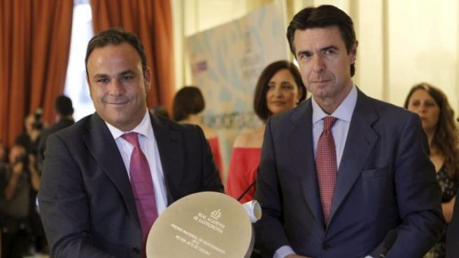 El ministro de Industria, Energía y Turismo, José Manuel López Soria (d), posa junto a Ángel León (5d), del restaurante Aponiente.