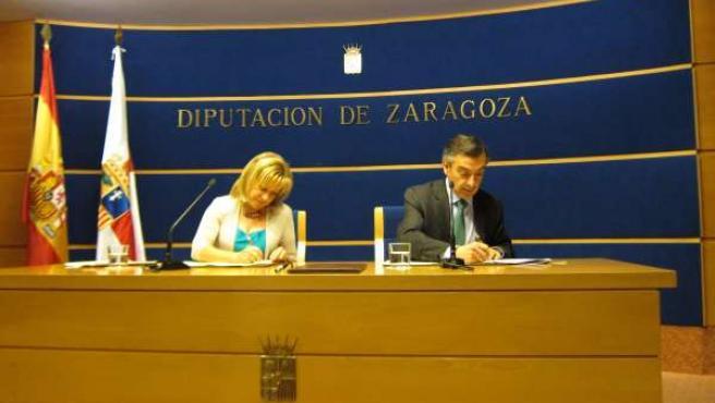 La consejera y el presidente de DPZ firmando el acuerdo para mejoras en colegios