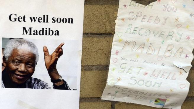 Mensajes de apoyo al expresidente sudafricano Nelson Mandela colocados a la entrada del hospital.