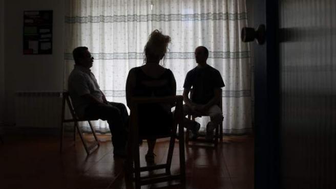 Tres miembros de Alcohólicos Anónimos, en la sede central en Madrid capital.