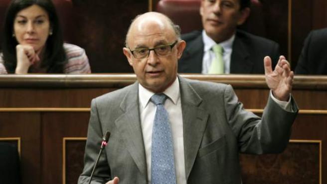 El ministro de Hacienda, Cristóbal Montoro, durante una de sus intervenciones en la sesión del control al Gobierno, celebrada hoy en el Pleno del Congreso.