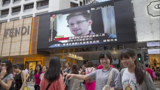 Una pantalla gigante muestra una imagen de Edward Snowden en una calle de Hong Kong.