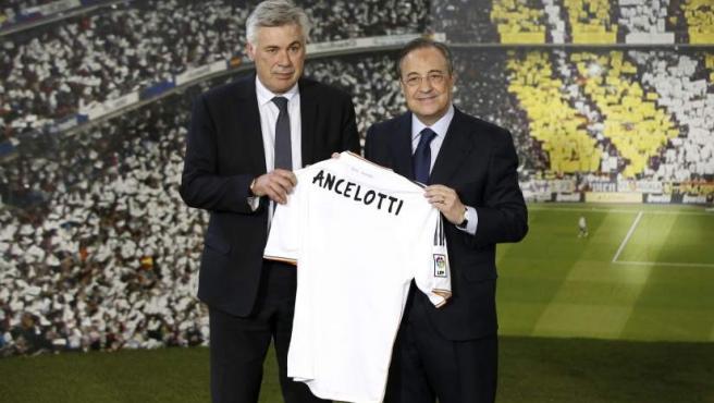 El italiano Carlo Ancelotti (i) posa con su camiseta junto al presidente del Real Madrid, Florentino Pérez (d), al ser presentado como nuevo entrenador.