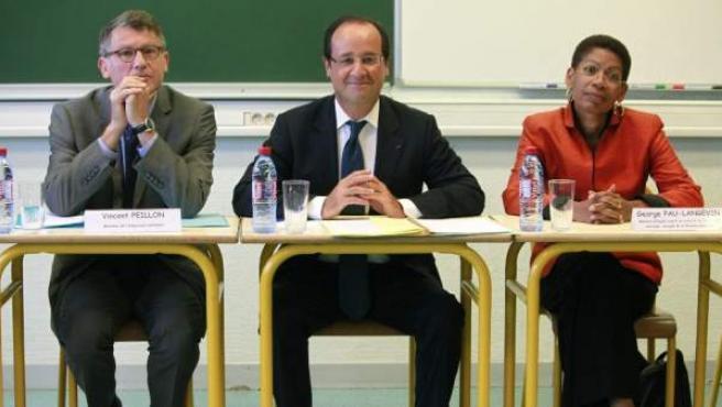 Peillon (izda), junto a Hollande (centro) y la viceministra de Educación (dcha), durante una visita a un centro educativo.