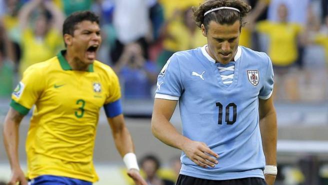 Thiago Silva celebra un gol en el Brasil - Uruguay en presencia de Diego Forlán.