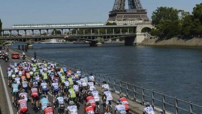 El pelotón pasa cerca de la Torre Eiffel en una edición del Tour de Francia.
