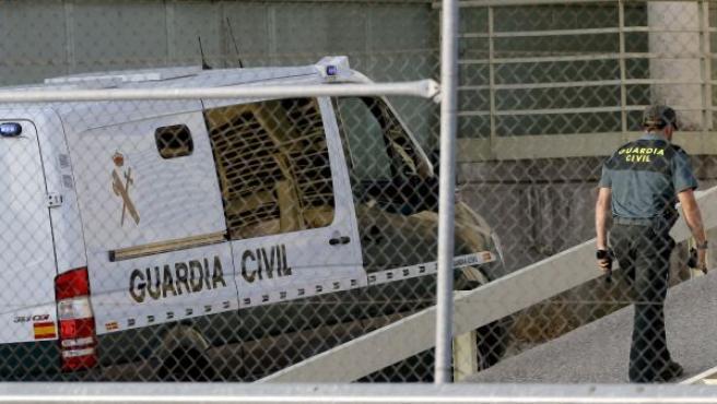 Vista del furgón de la Guardia Civil que trasladó al extesorero del Partido Popular, Luis Bárcenas, a su llegada a la cárcel de Soto del Real, en Madrid. El juez Ruz ordena el ingreso en prisión de Bárcenas por riesgo de fuga.