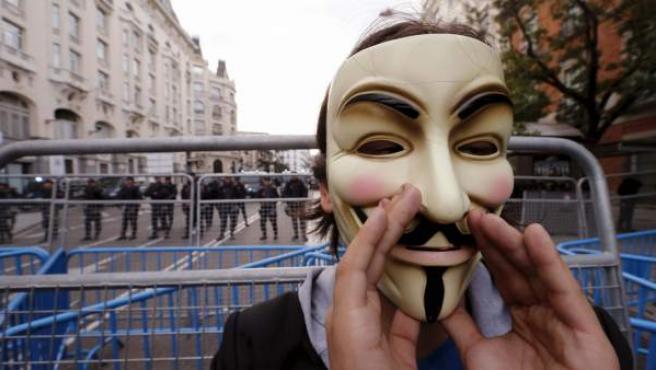 Un manifestante del 29-S con la careta de Anonymous.