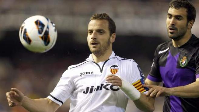 Roberto Soldado, del Valencia, disputa un balón con Mikel Balenziaga, del Valladolid.