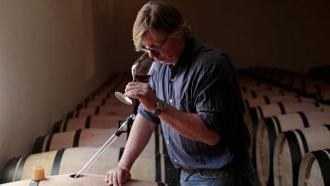 peter Sisseck, en su bodega de Quintanilla de Onésimo, cata los aromas del vino que aún se cría en barrica y que lo ha hecho famoso en el mundo entero.