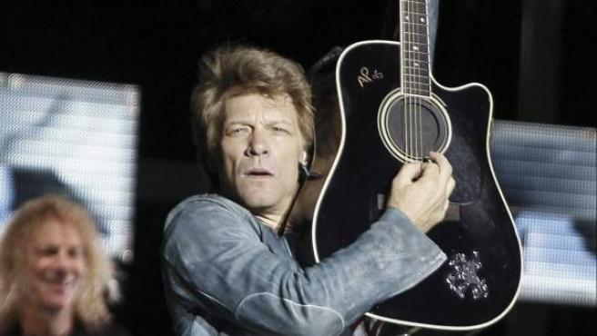 El músico estadounidense John Bon Jovi durante el concierto ofrecido el 27 de junio de 2013 en el estadio Vicente Calderón, en Madrid, en el que ha presentado su último disco What about now.