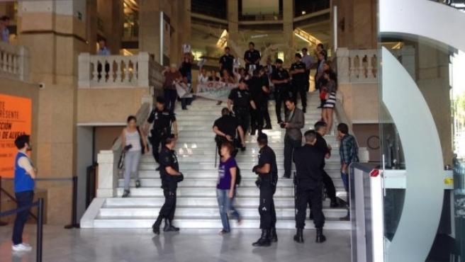 Los activistas, en la escalinata del Ayuntamiento de Madrid.